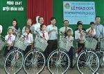 50 suất quà trao cho học sinh nghèo vượt khó ở huyện Quảng Điền