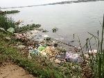 Rác thải đang làm ô nhiễm sông Hương