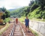 Trường thiếu học sinh vì đường xa và đi qua đường sắt