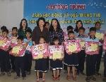 Phó Chủ tịch nước Đặng Thị Ngọc Thịnh tặng quà cho trẻ em làng SOS tỉnh Thừa Thiên Huế