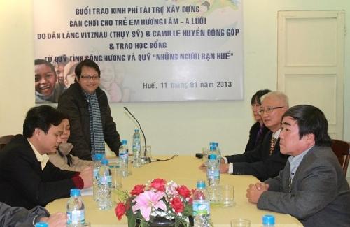 Trao tặng kinh phí xây dựng sân chơi trường Mầm non Hương Lâm (A Lưới) và trao học bổng học sinh nghèo vượt khó