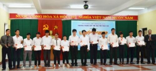 Trường Trung cấp TDTT Huế trao bằng tốt nghiệp cho 14 học sinh khóa đầu tiên.