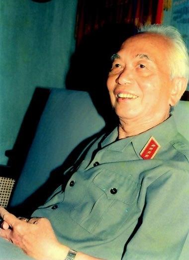 Ảnh Đại tướng Võ Nguyên Giáp chỉ huy quân đội
