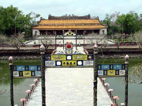 Những đặc điểm về dẫn ngữ trong thơ trên điện Thái Hòa (1)