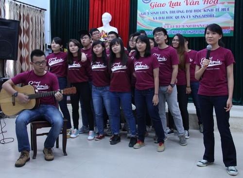 Sinh viên Trường Đại học Kinh tế giao lưu với sinh viên Đại học Quản lý Singapore