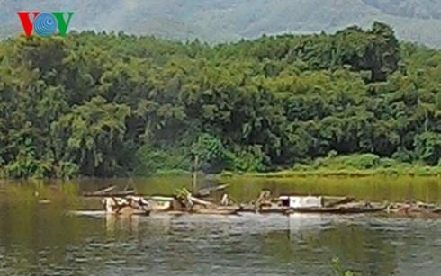 Nhức nhối nạn khai thác cát sạn trái phép trên sông Hương