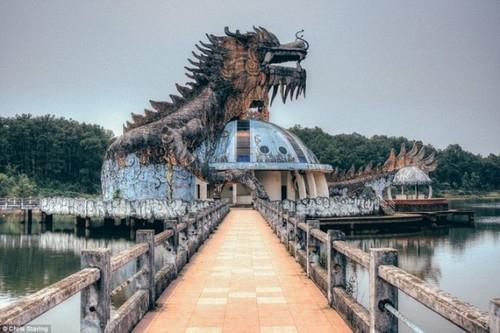 Những hình ảnh rùng rợn về công viên nước Việt Nam bỏ hoang trên báo nước ngoài