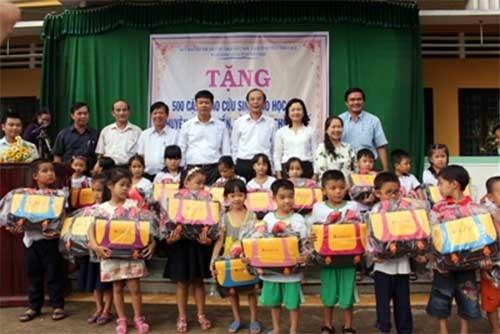 Agribank trao tặng 500 cặp phao cứu sinh cho con em lao động nghèo tại Thừa Thiên - Huế