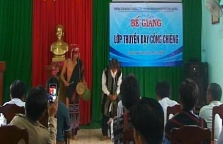 Bế giảng lớp truyền dạy đánh Cồng chiêng năm 2016 tại xã Thượng Quảng.