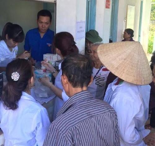 Khám và cấp thuốc miến phí cho người dân tại xã Hồng Tiến
