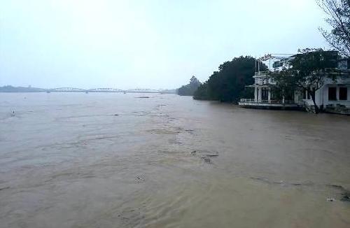 Xót xa thành Huế chìm trong mưa lũ