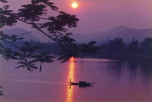 Ánh trăng trên sông Hương