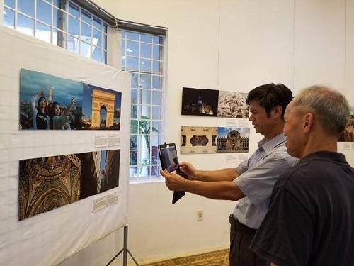 """Triển lãm ảnh - Công nghệ thực tế ảo """"Xúc cảm nước Pháp - Chuyến du hành sôi động""""."""