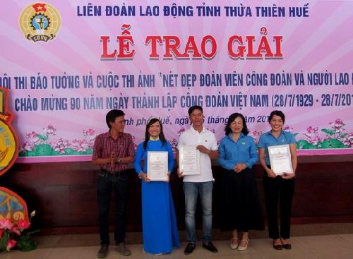 Trao giải cuộc thi ảnh  và hội thi báo tường chào mừng kỷ niệm Ngày thành lập Công đoàn Việt Nam