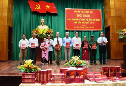 """Phát hành sách """"Bà mẹ Việt Nam Anh hùng tỉnh Thừa Thiên Huế"""" tập V"""