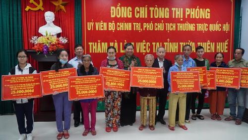 Phó Chủ tịch Thường trực Quốc hội Tòng Thị Phóng thăm, tặng quà các hộ nghèo và người dân vùng lũ lụt