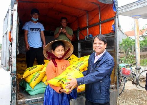 Liên hiệp các Hội VNHT Huế trao quà cho bà con vùng lũ huyện Phú Vang