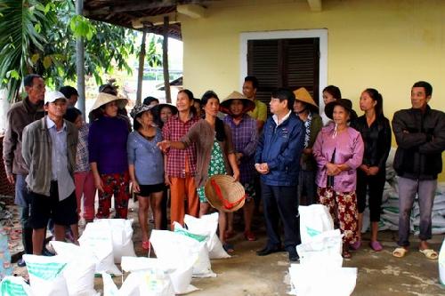 Trao quà hỗ trợ cho người dân vùng lũ xã Hương Toàn