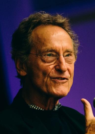 """Bernhard Schlink: Nạn mù chữ và """"mù chữ"""" đạo đức"""