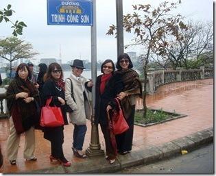 Tặng hạt bụi đầu tiên bám trên bảng tên đường Trịnh Công Sơn